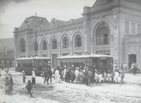 Tranvía a La América. Estación del ferrocarril Medellín. Benjamín de la Calle 1923. Archivo Fotográfico BPP.